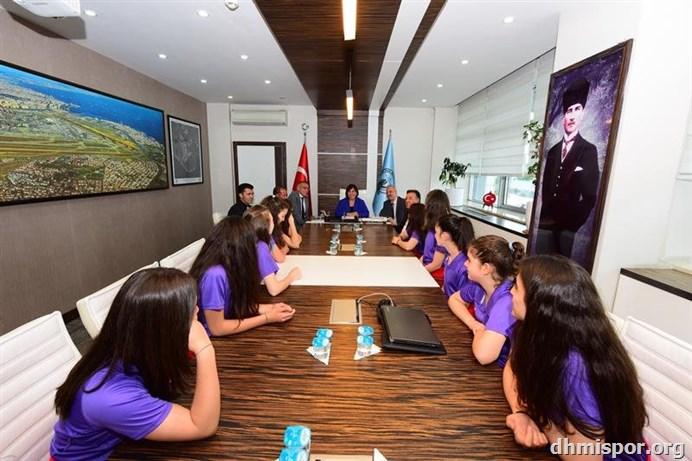 Küçük Kızlar Voleybol Takımının DHMİ Genel Müdürü Funda......